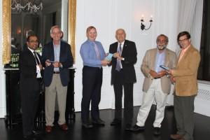 Reconocimiento al Dr. Chris Wells, Presidente Electo de la European Federation of IASP® Chapters (EFIC®) entregado por el Dr. Teodor Goroszeniuk, Vicepresidente de la Sociedad Polaca de Neuromodulación.